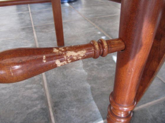 犬にかじられた家具